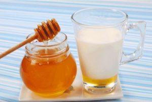 ریختن عسل در شیر داغ ممنوع